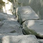 Cet essaim se trouve entre des rochers.