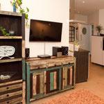 Wohnbereich mit Echtholzmöbeln lädt zum relaxen ein, in der Ferienwohnung in Nortorf
