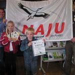 Alex und Vanessa nahmen stellvertretend die Urkunde für die Teilnahme 2012 entgegen. Die Rudi-Rotbein-Gruppe hatte sich mit einem Quartettspiel zu die Frühlingsboten: Wildbiene, Dohle, Zwergfledermaus und Saalweide am Wettbewerb beteiligt.