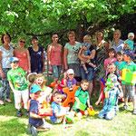 Kindergartenleiterin Henriette Dörr freut sich gemeinsam mit den Kindern über die schönen Spielsachen, die sie vom Basarteam überreicht bekommen haben.