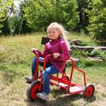 """Antonia auf dem Dreirad """"Ben Hur""""."""