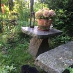 An diesem Tisch im Garten habe ich unendliche viele Stunden an meinem ersten Buch geschrieben