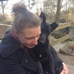 Marias große Tochter Victoria mit ihrem Hund 'Fritzi', der aus einer Berliner Hundeklappe stammt