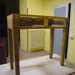 Il tavolino in lavorazione: sverniciatura e antitarlo