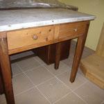 Tavolino in legno con piano in marmo