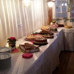 Es gibt viel Platz für leckere Kuchen auf dem Buffet, die Sie mitbringen dürfen.