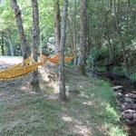 Twee hangmatten hangen beneden ons terrein La Grange, naast het beekje la Dunière.