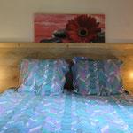 De slaapkamer met tweepersoonsbed.