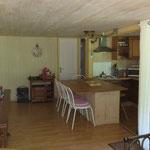 De salon met open keuken.