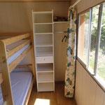 De tweede slaapkamer met stapelbed.