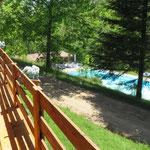 Uitzicht vanaf het terras op het zwembad.