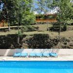 Midden boven het zwembad ligt de gite Le Buste d'Or.
