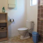 Badkamer met wastafel, wc en douche.