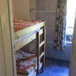 Slaapkamer met stapelbed naast de ouderlijke slaapkamer.