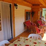 Het terras loopt langs de hele voorkant van de gite en hier kunt u lekker relaxen en buiten eten.