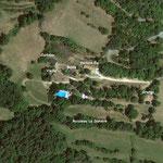 De overzicht's foto van ons privé-terrein La Grange met de gite Le Buste d'Or rechts boven het zwembad.