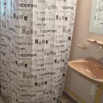 Badkamer met douche, wastafel en w.c.