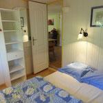 De ouderlijke slaapkamer met tweepersoonsbed.