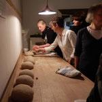 Die Brotlaibe sind fertig geknetet und gerundet..(Foto: D.Mathes)