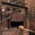 Brot kommt in den holzbefeuerten Steinbackofen (Foto: D.Mathes)
