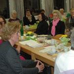 Aufmerksame Zuhörerinnen beim Verlesen des Kassenberichts. Foto: Negel-Täuber