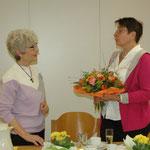 Mit Blumen bedankte sich Ute Velten bei Elke Clever (links) für ihre langjährige Mitarbeit im Vorstand. Foto: Negel-Täuber