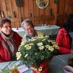 Maria Peveling (Mitte) freut sich über die Blumen und den gelungenen Nachmittag..(Foto:DM)