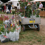 Kundenservice: damit die LandFrauen die Gärten genießen können, werden die Einkäufe zum Depot gebracht (Foto: B.Löffler)