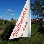 Arnis, die kleinste Stadt Deutschlands, empfängt ihre Gäste bereits am Ortseingang.