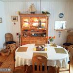 Vom Wohnzimmer in ein großzügiges Esszimmer samt nostalgischer Küchendurchreiche.