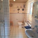 Großzügiges Badezimmer mit WC und Dusche.