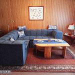 Das Wohnzimmer mit TV steht dem des Ferienhauses in nichts nach: Die gleiche gemütliche Wohnlandschaft.