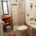 Badezimmer ist ein Muss... naja, das Übliche: Waschbecken, WC, Dusche.