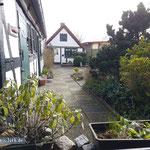 Blick aus der Küche in den Innenhof. Es schließt sich von dort der Gartenweg direkt an die Schlei an.