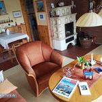 Komplett: Wohnzimmer, Kachelofen, Esstisch.
