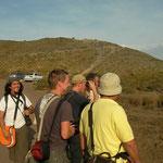 Vrolijke vogelaars kijken naar Audoin's meeuwen, Jan-van-Genten en watersnip.