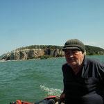 Onze schipper vaart ons terug naar de oevers van het Prespameer.