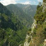 Prachtige kloof met op de achtergrond Mount Olympos.