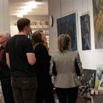 Dominique Steiger erklärt jungen, interessierten Besuchern Ihre Bilder