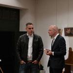 """Unkompliziert und interessiert, """"Baschi"""" Dürr im Gespräch mit einem Besucher der Vernissage in der """"Elfdausig Jumpfere Stube, Basel"""