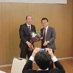吉田副会長の社長就任を祝う花束贈呈