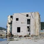 この建物も転倒。