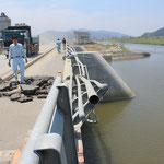 新追波橋の高欄が津波で押し倒されている。
