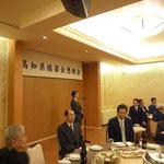 懇親会で開会の挨拶をする高知県橋梁会の右城猛会長