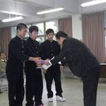 高知県橋梁会の森下伸裕理事による表彰と景品の授与