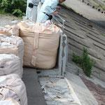 阿武隈川の河口付近のプレキャストコンクリート製のパラペット。津波で破壊されていた。