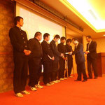 研究発表をされた6人の生徒に高知県橋梁会から記念品を贈呈