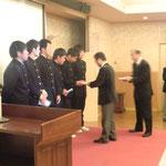 右城会長から生徒へ記念品の贈呈