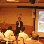 現地調査から得られた知見に基づいて、中村河川国道事務所管内の地震津波対策を説明する岡村環所長