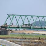 北上川の河口近くに架かる新北上大橋。橋長566mで7径間の単純トラス橋。津波で左岸側の二径間が800mほど上流に運ばれた。